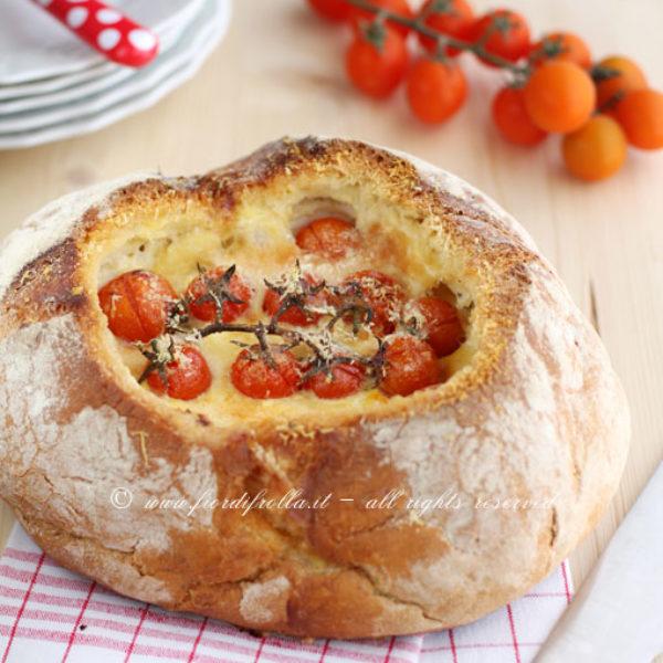 Pane ripieno di ricotta, pomodorini e pancetta affumicata