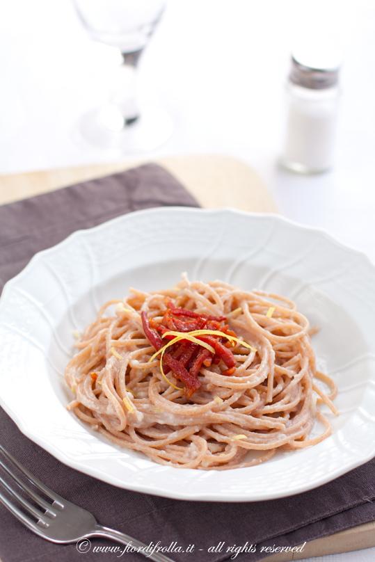 Spaghetti di farro alla crema di topinambur, prosciutto croccante elimone