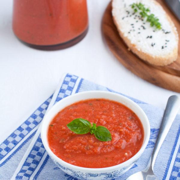 Zuppa fredda al pomodoro e finocchio con crostini al caprino e semi vari