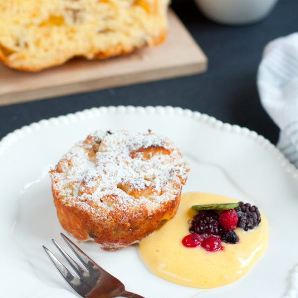 Soufflé di panettone con zabaione al miele e frutti di bosco