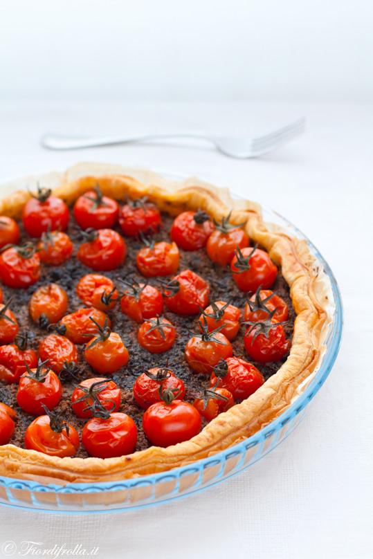 torta con pomodori ciliegini e tapenade