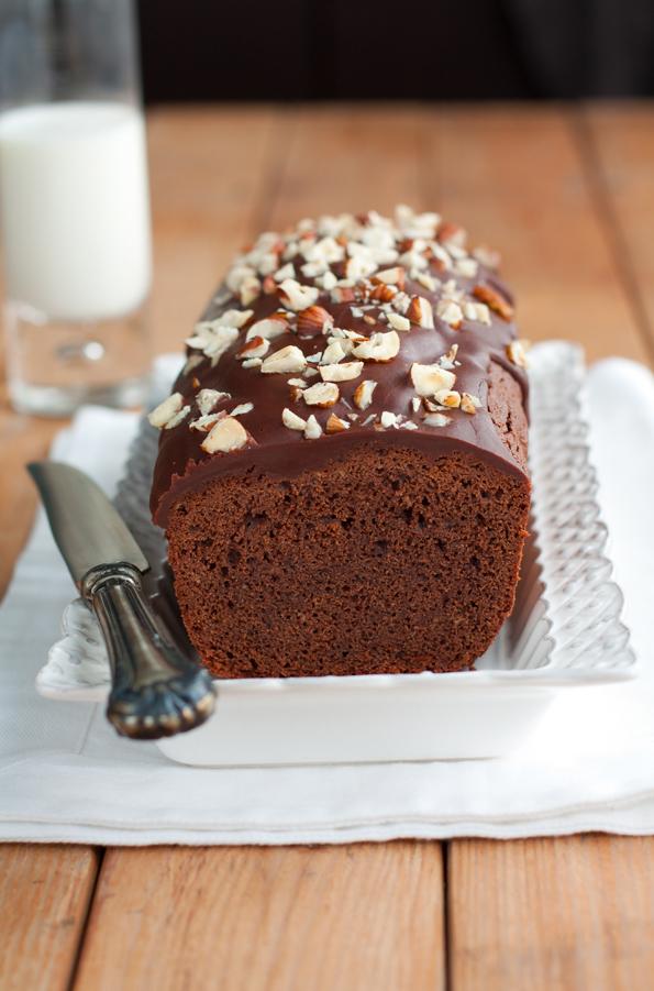 Cake al cioccolato con glassa al cioccolato e caramello