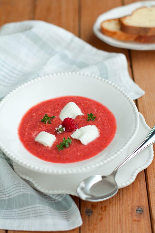 Crema fredda di pomodoro lamponi e mozzarella di bufala