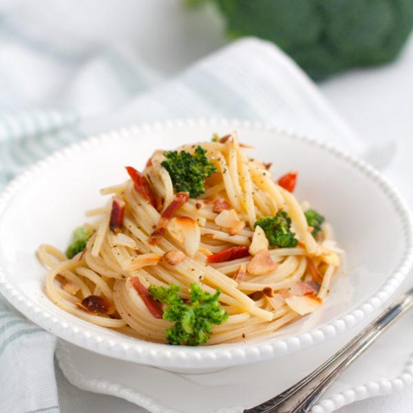 Spaghetti alla chitarra con broccoli, pancetta, pomodori secchi e mandorle
