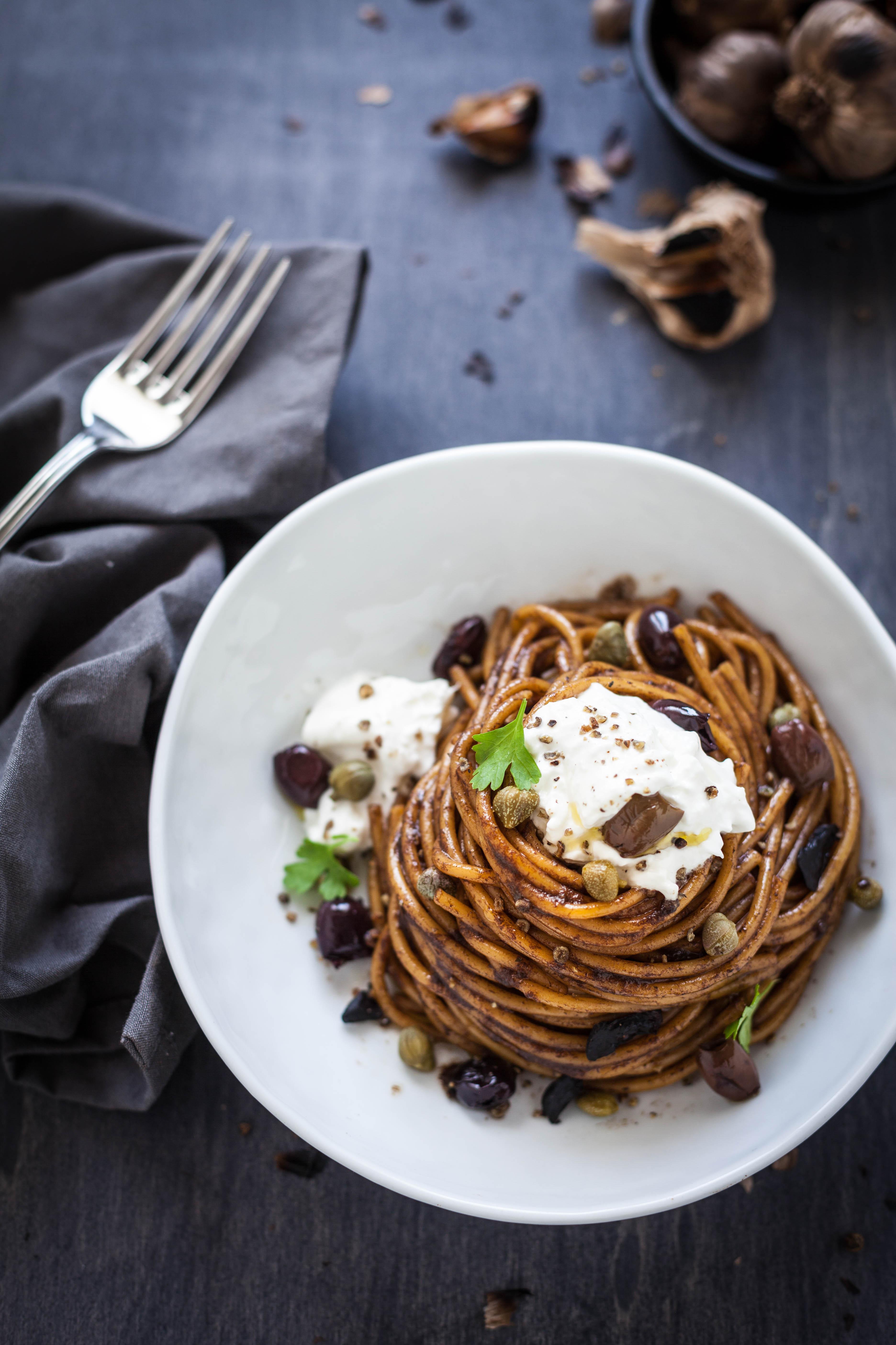 Spaghettoni di Senatore Cappelli con crema di aglio nero e burrata