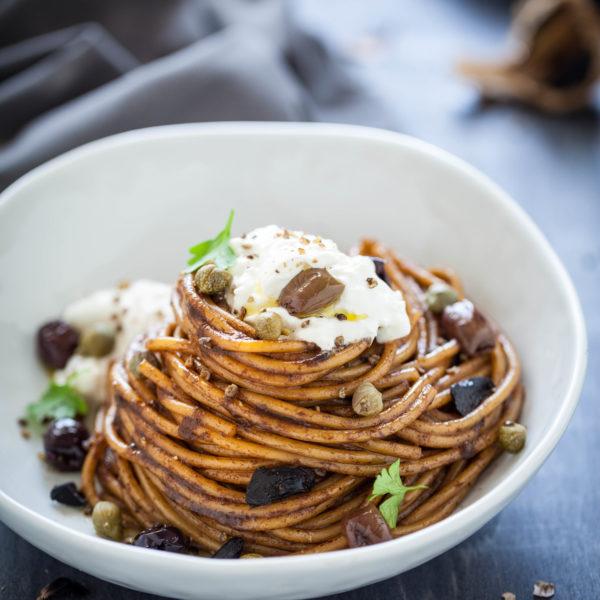 Spaghettoni di Senatore Cappelli con aglio nero e burrata 1