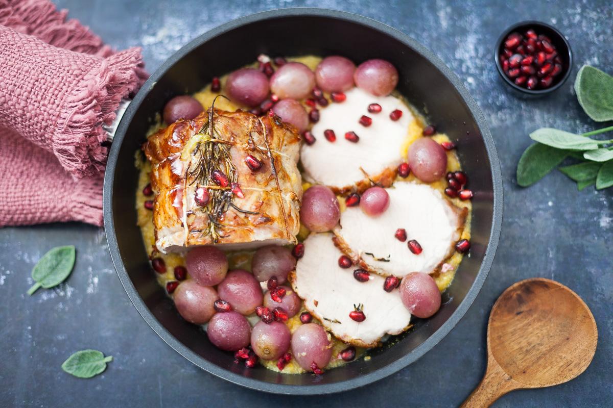 Arrosto di lonza al forno con pancetta, uva rossa e melagrana 1